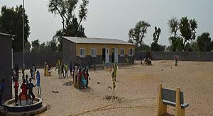 Elèves jouant dans le cour de l'école